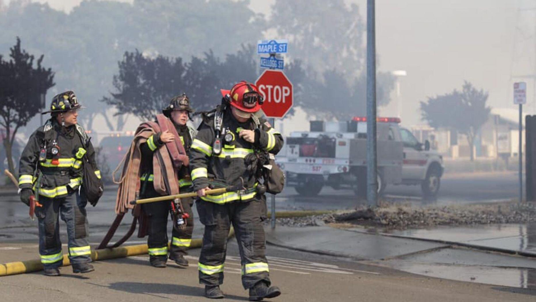 Lính cứu hỏa đang chiến đấu để cứu tài sản của người dân (Suisun City Police Department)