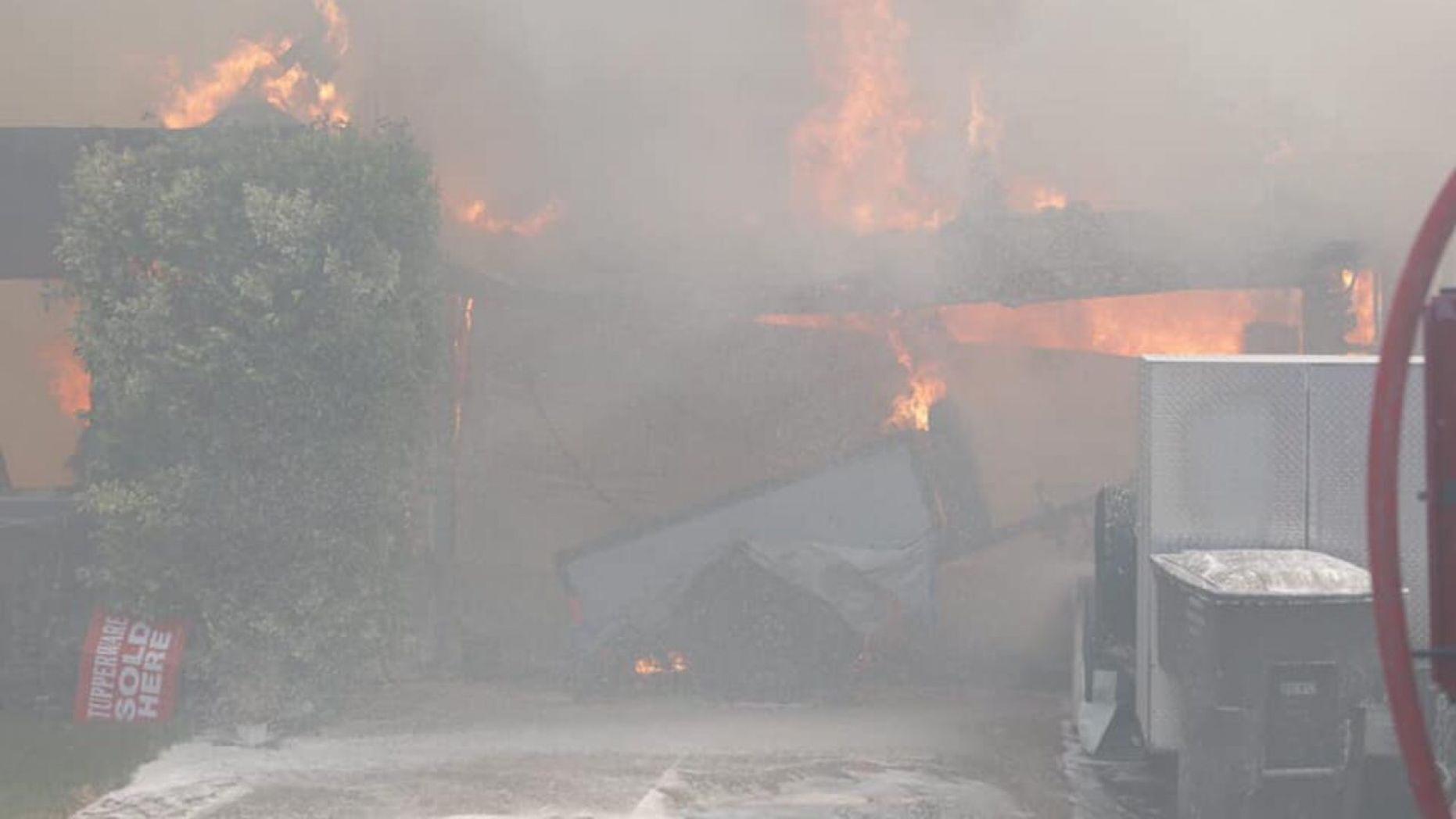 Hình ảnh hai ngôi nhà ngập trong lửa (Suisun City Police Department)
