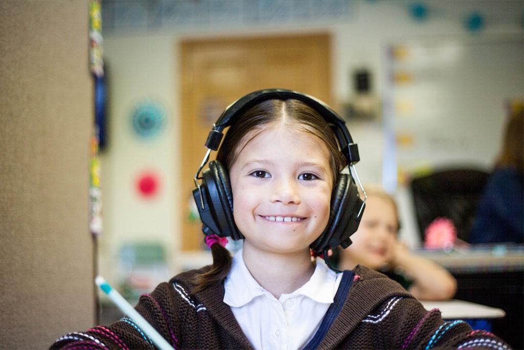 Trẻ đeo tai nghe thường xuyên có nguy cơ cao gặp vấn đề nghiêm trọng về thính giác và cách phòng ngừa
